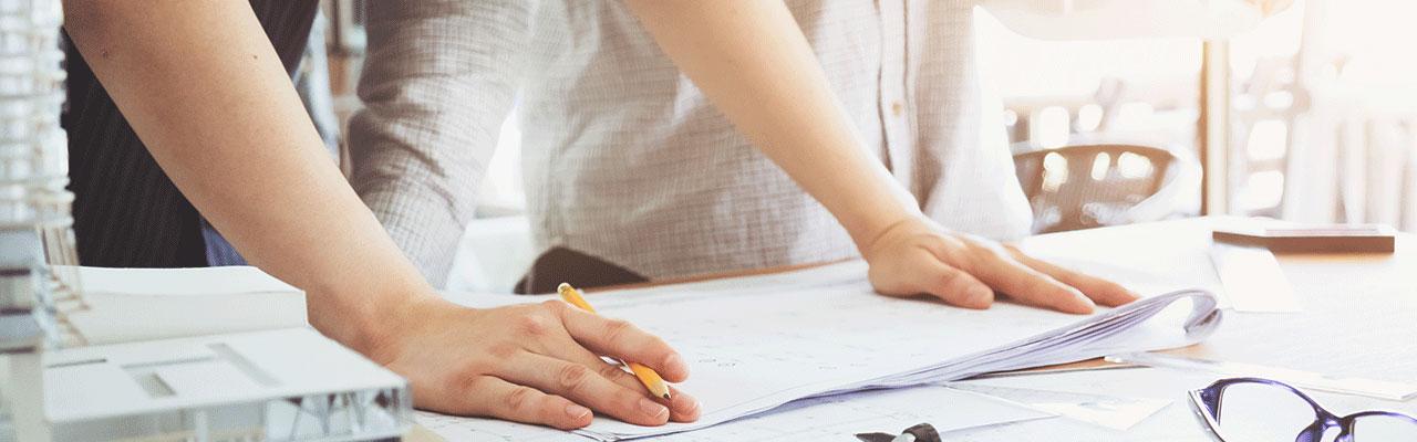 Zwei Personen beim Erstellen eines Plans