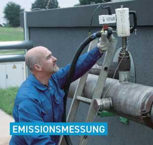 Mann bei Emissionsmessung